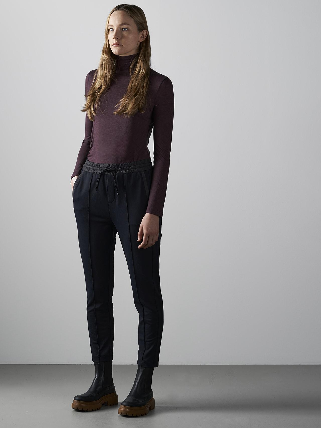 PANTA V1.Y4.02 Cropped Pants black Front Alpha Tauri