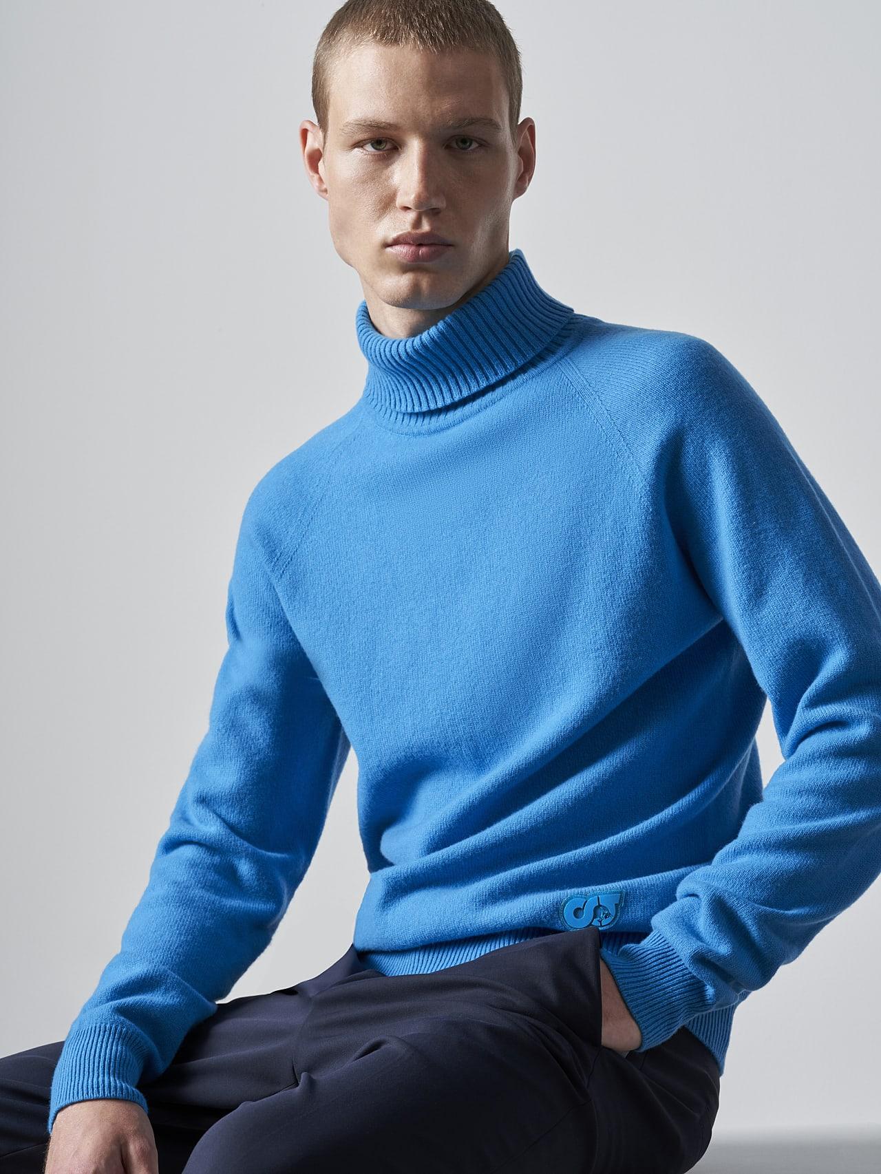 FLUCK V2.Y5.02 Seamless 3D Knit Cashmere-Blend Turtle Neck blue Model shot Alpha Tauri