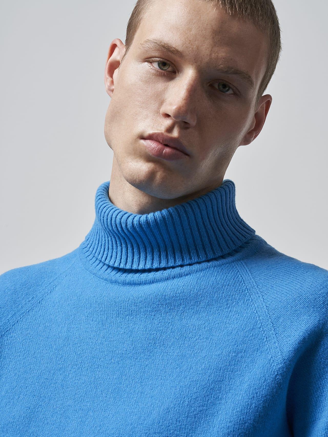 FLUCK V2.Y5.02 Seamless 3D Knit Cashmere-Blend Turtle Neck blue Right Alpha Tauri
