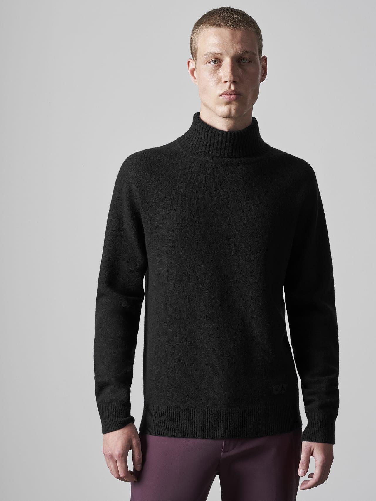 FLUCK V2.Y5.02 Seamless 3D Knit Cashmere-Blend Turtle Neck black Model shot Alpha Tauri