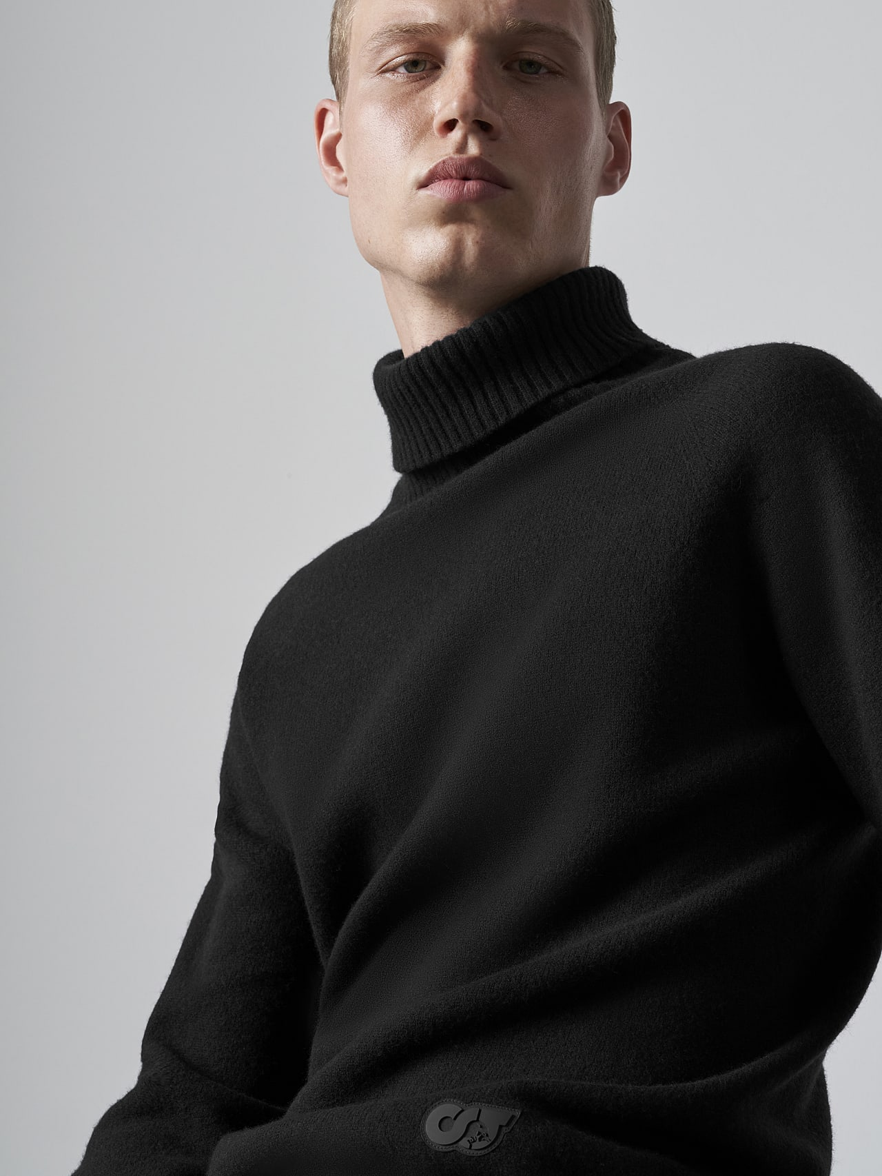 FLUCK V2.Y5.02 Seamless 3D Knit Cashmere-Blend Turtle Neck black Extra Alpha Tauri