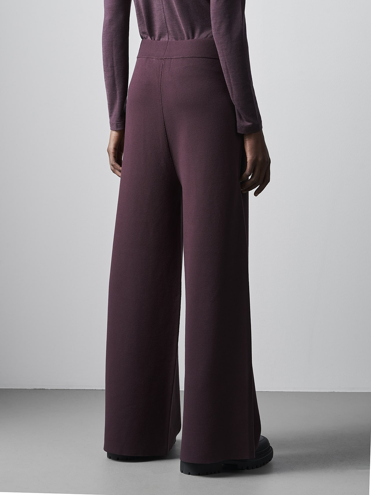 PROVI V1.Y5.02 Seamless 3D Knit Culottes Burgundy Front Main Alpha Tauri