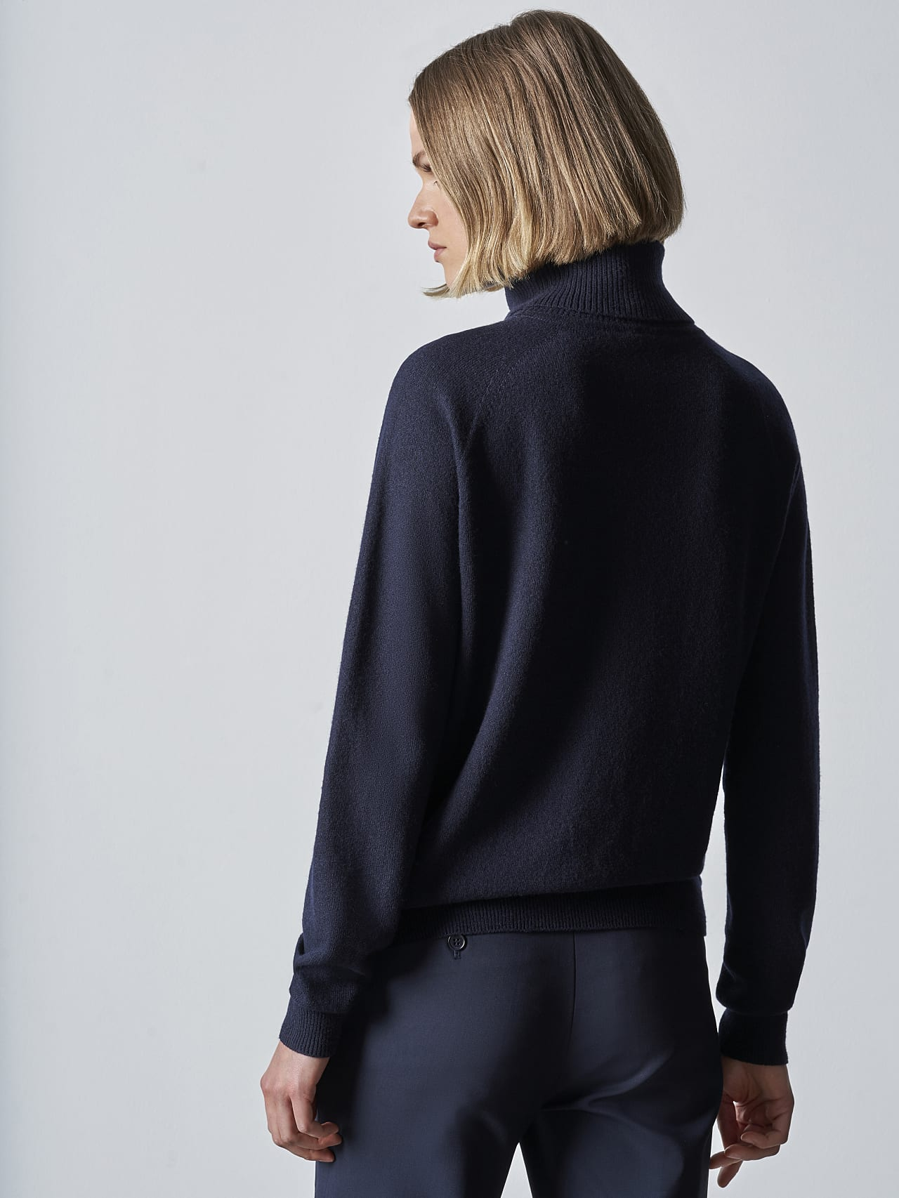 FLAMY V1.Y5.02 Seamless 3D Knit Merino-Cashmere Turtle Neck navy Front Main Alpha Tauri
