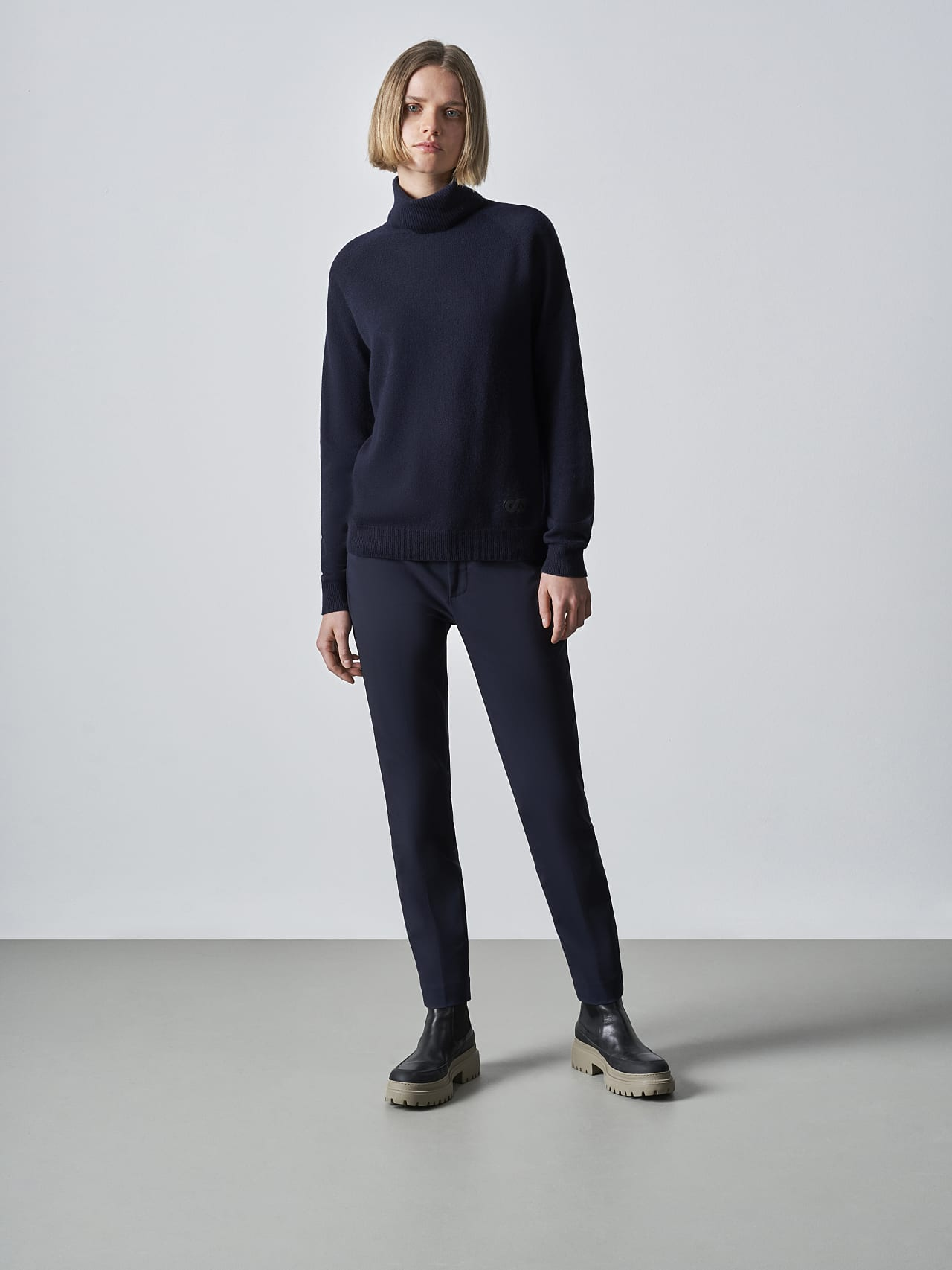 FLAMY V1.Y5.02 Seamless 3D Knit Merino-Cashmere Turtle Neck navy Front Alpha Tauri