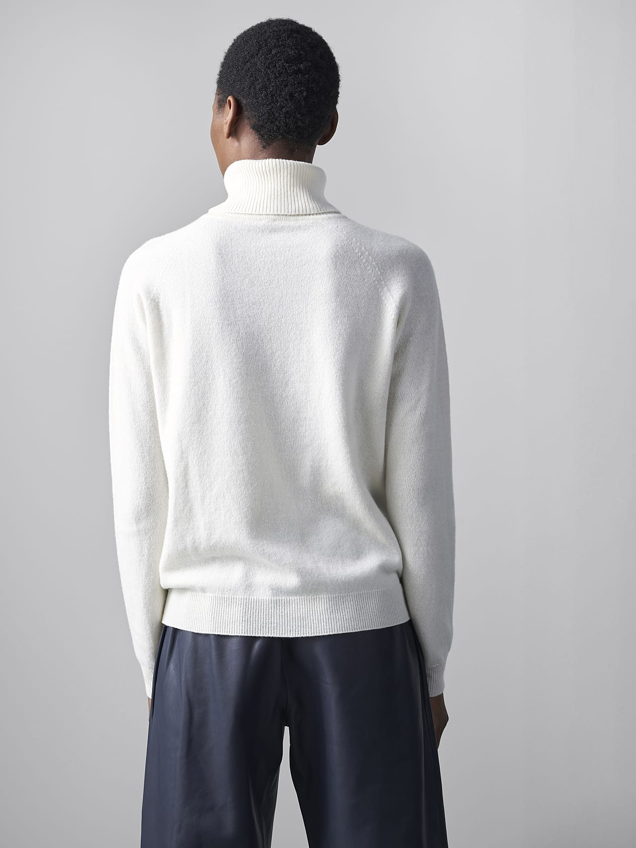 FLAMY V1.Y5.02 Seamless 3D Knit Merino-Cashmere Turtle Neck offwhite Front Main Alpha Tauri