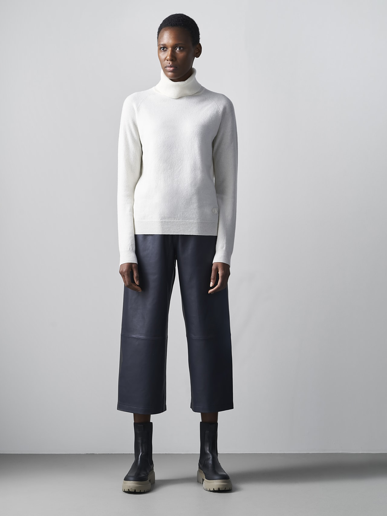 FLAMY V1.Y5.02 Seamless 3D Knit Merino-Cashmere Turtle Neck offwhite Front Alpha Tauri