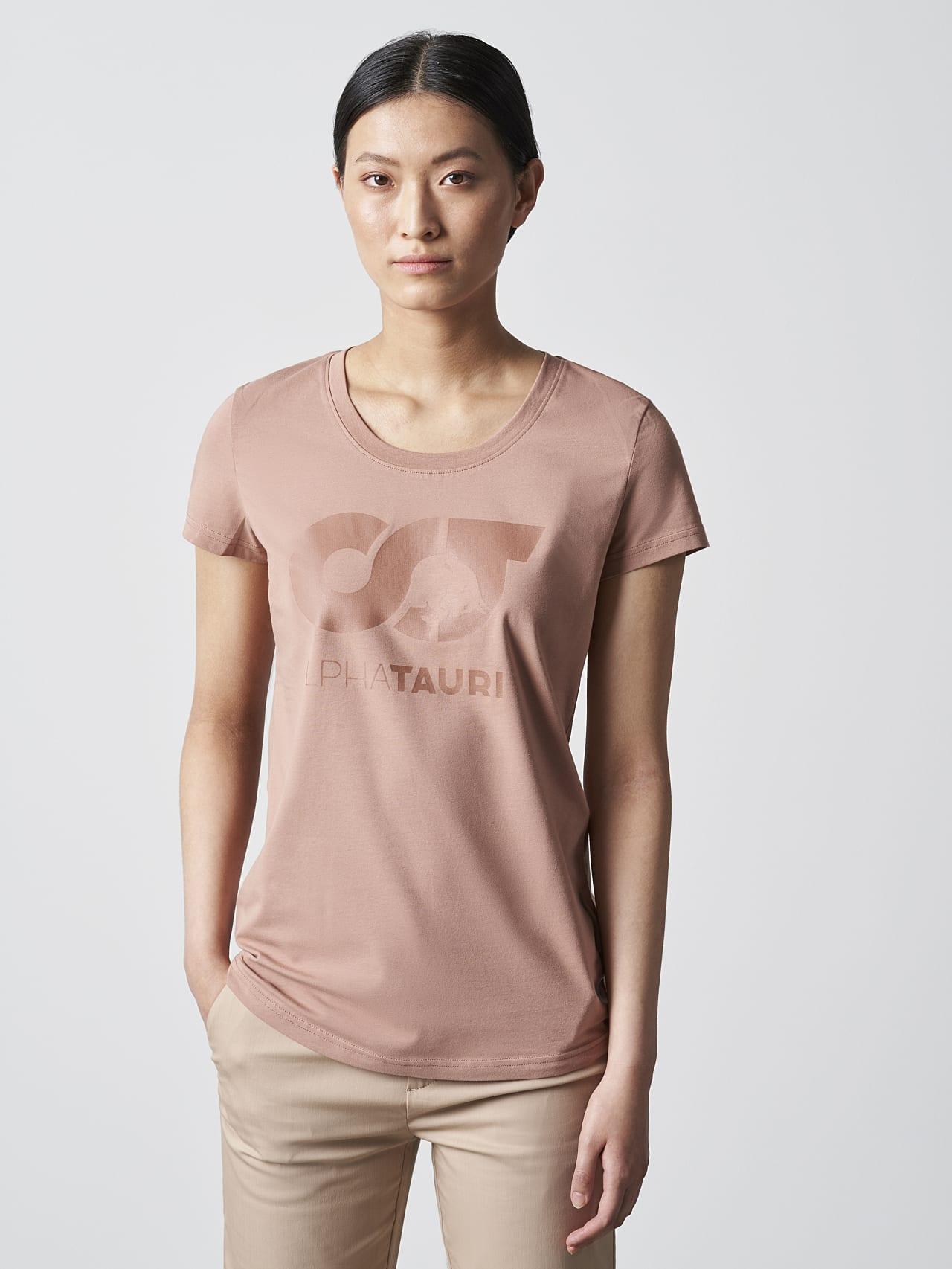 JERU V2.Y4.02 Signature Logo T-Shirt Rosé Model Foto Alpha Tauri