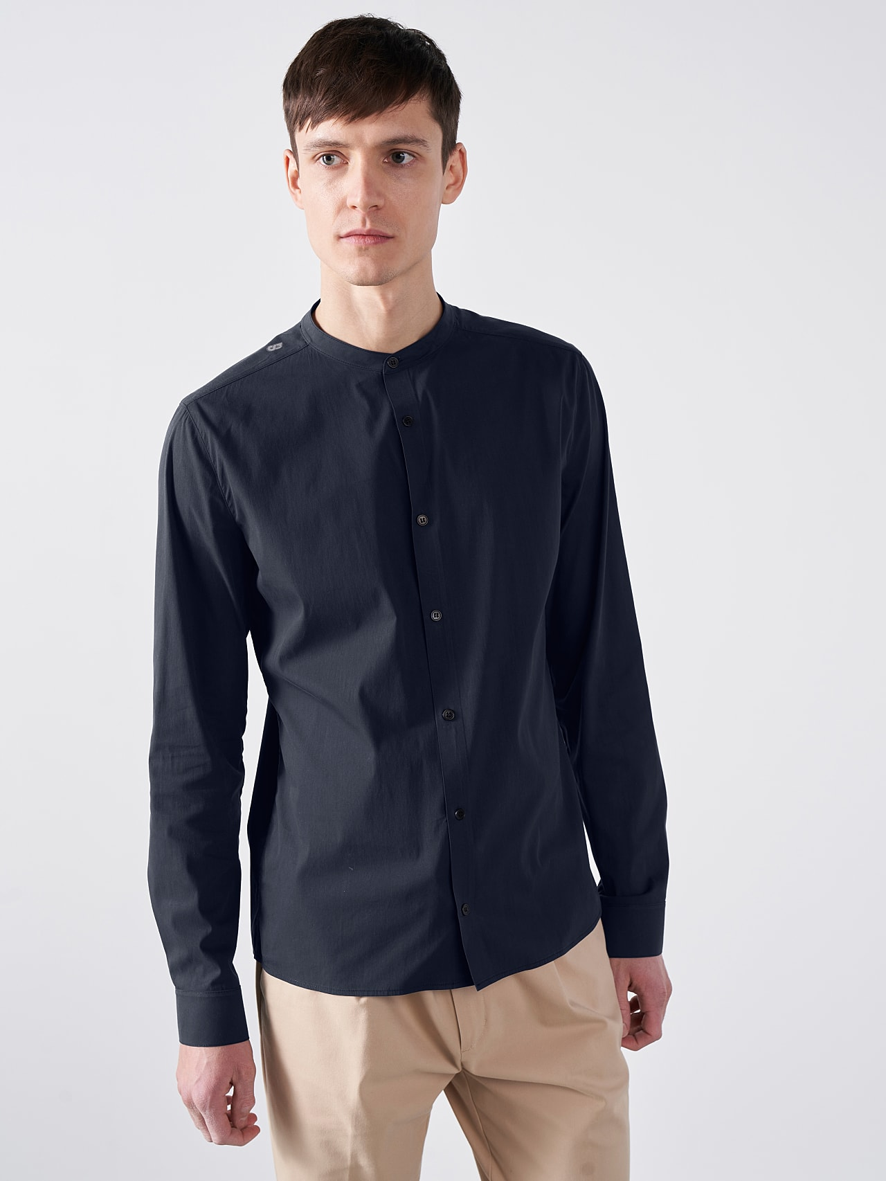 WIDT V9.Y5.01 Stand-Up Collar Cotton-Stretch Shirt navy Model shot Alpha Tauri