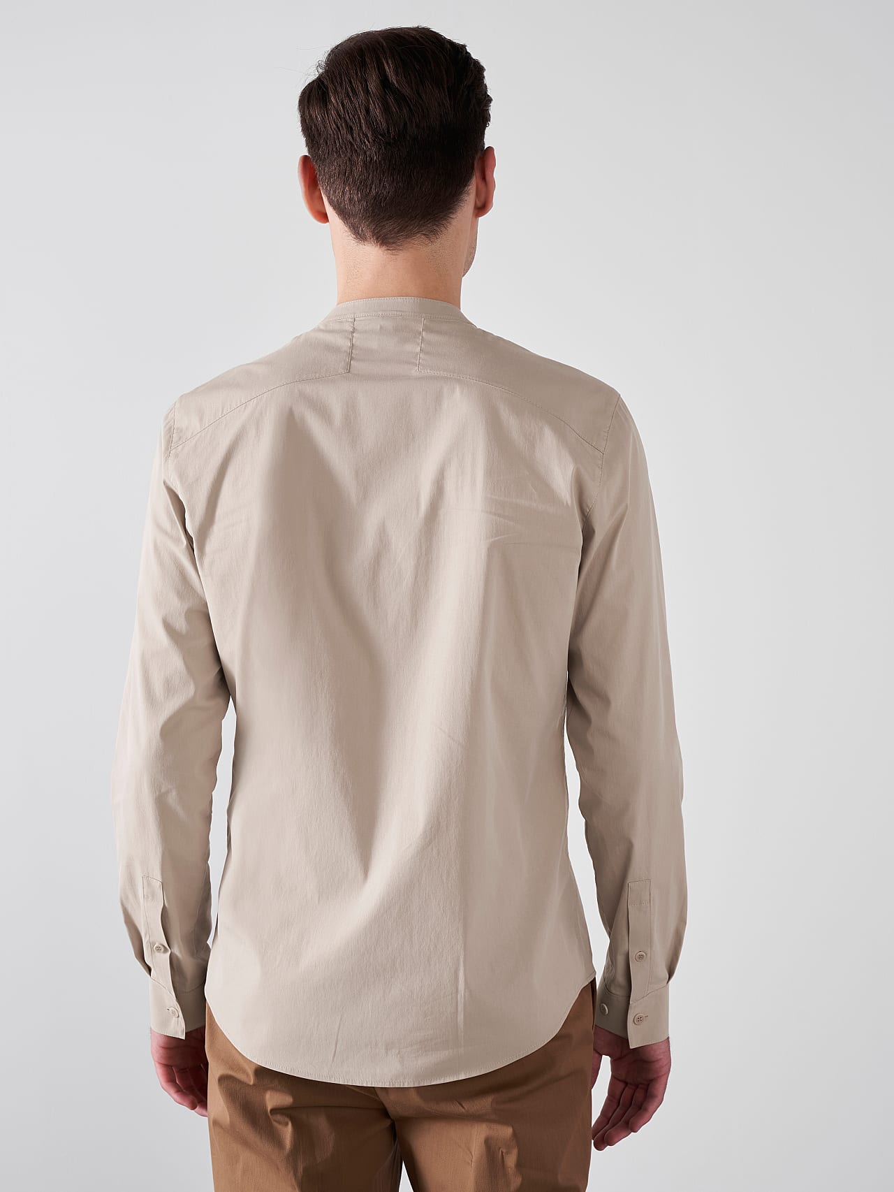 WIDT V9.Y5.01 Stand-Up Collar Cotton-Stretch Shirt Sand Front Main Alpha Tauri