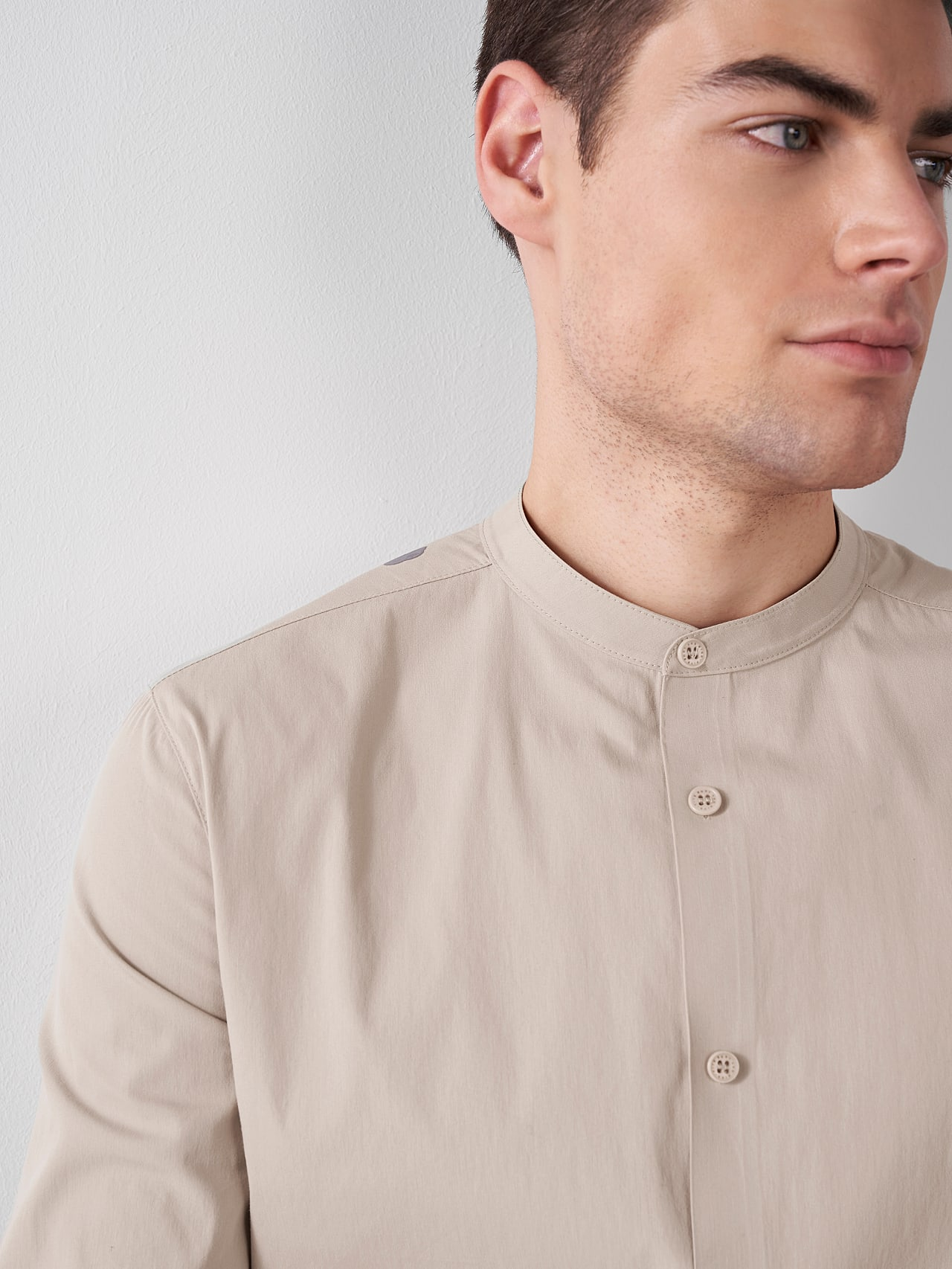 WIDT V9.Y5.01 Stand-Up Collar Cotton-Stretch Shirt Sand Right Alpha Tauri