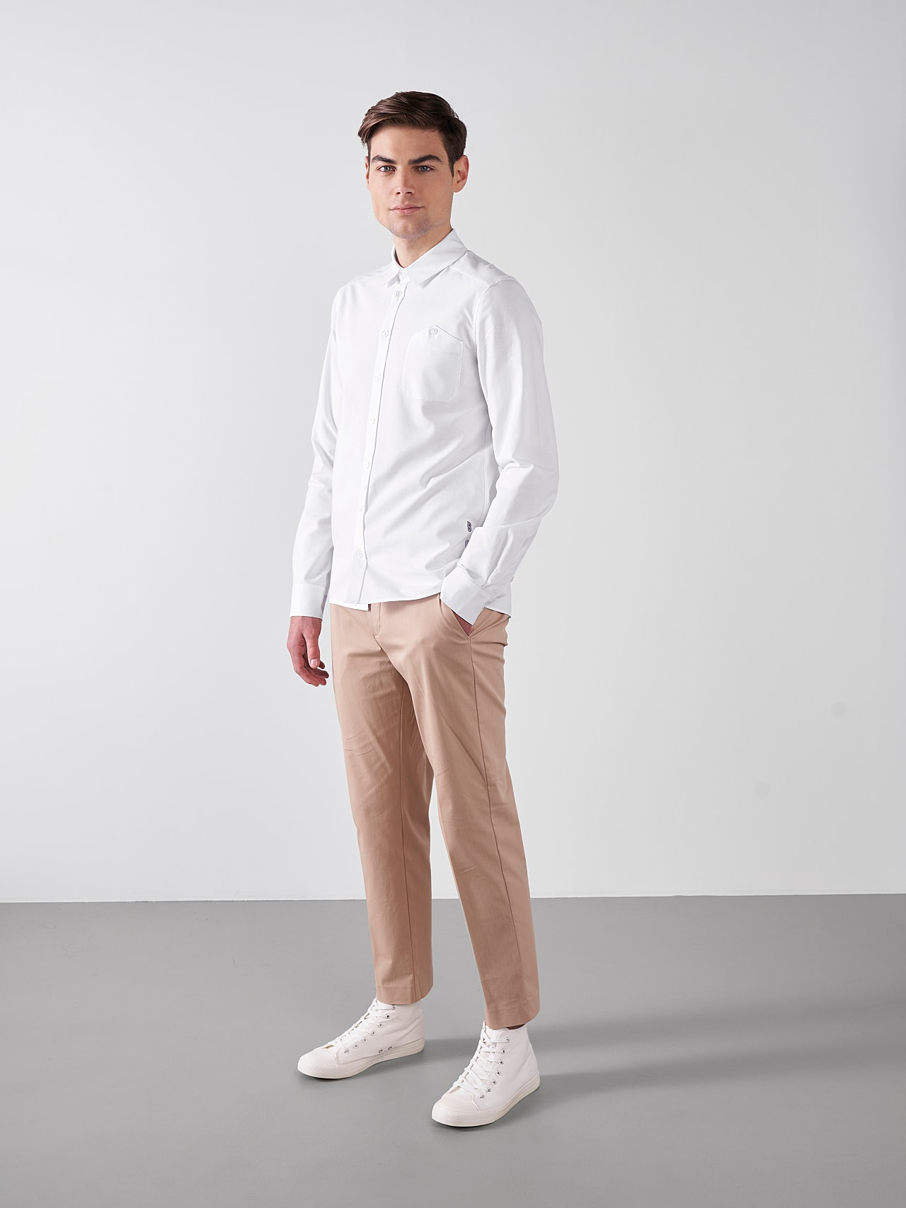 WOSKA V2.Y5.01 Kent Collar Oxford Shirt white Model shot Alpha Tauri