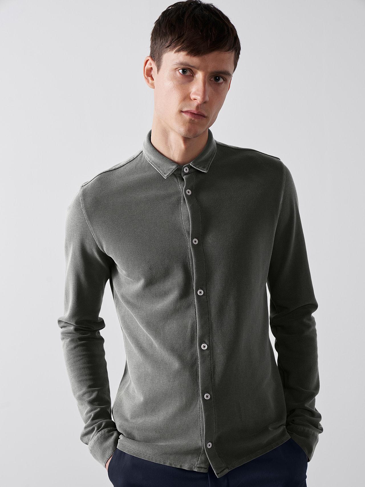 JIQUE V1.Y5.01 Pique Shirt with Kent Collar dark grey / anthracite Model shot Alpha Tauri