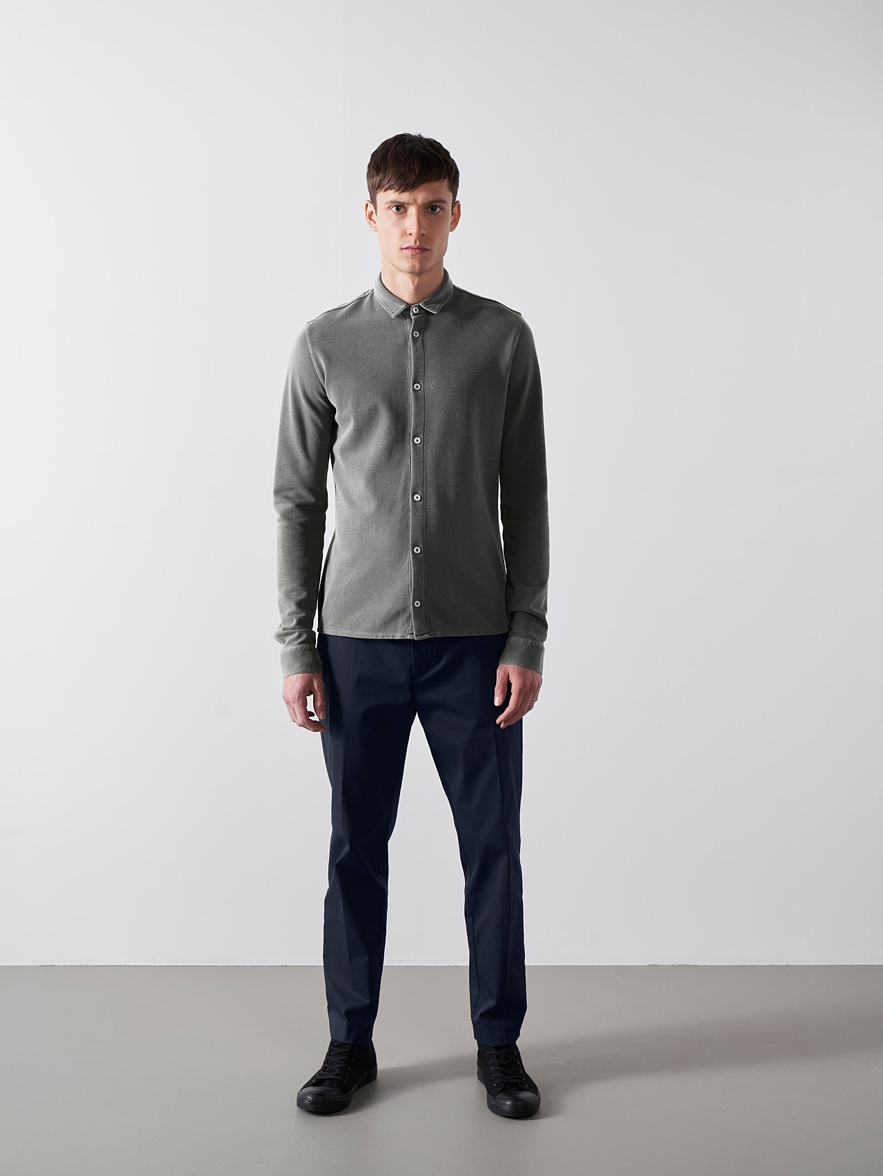 JIQUE V1.Y5.01 Pique Shirt with Kent Collar dark grey / anthracite Front Alpha Tauri