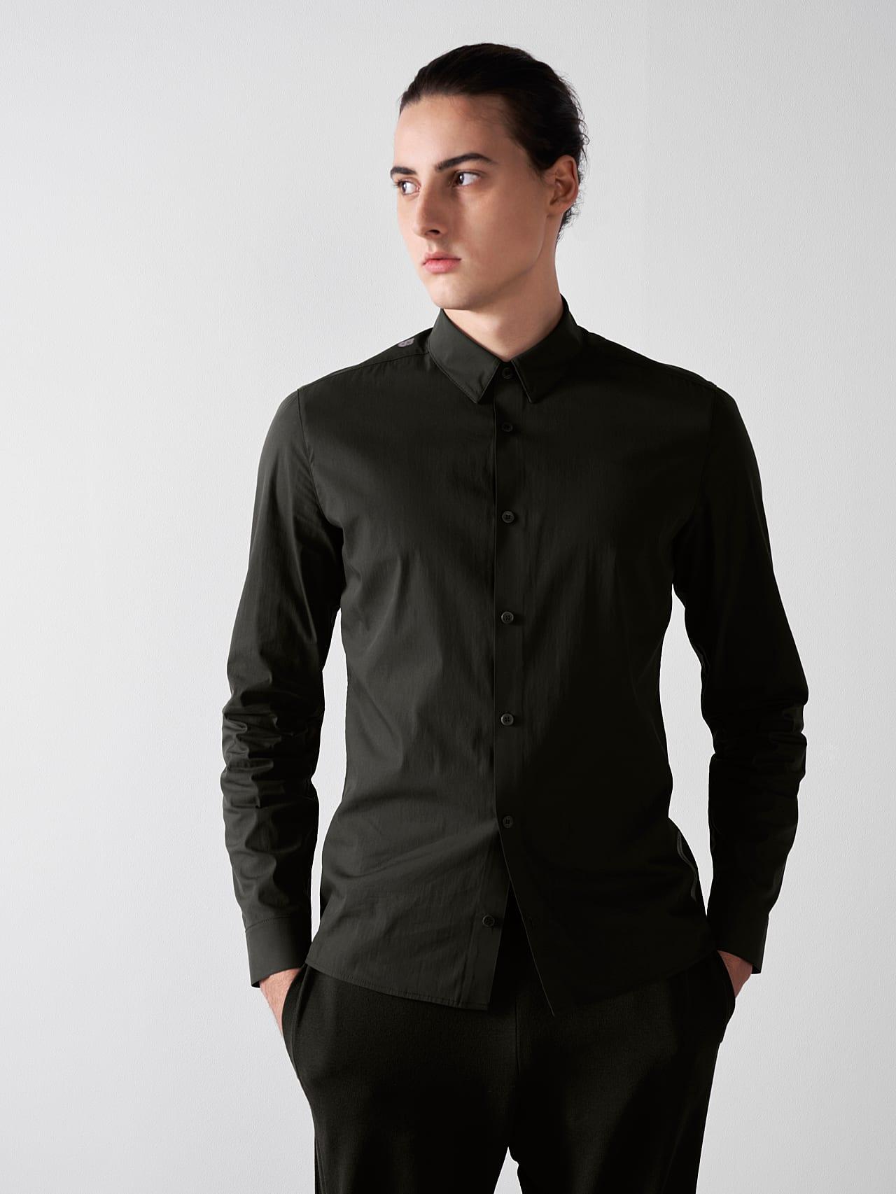 WAARG V1.Y5.01 Cotton-Stretch Shirt olive Model shot Alpha Tauri