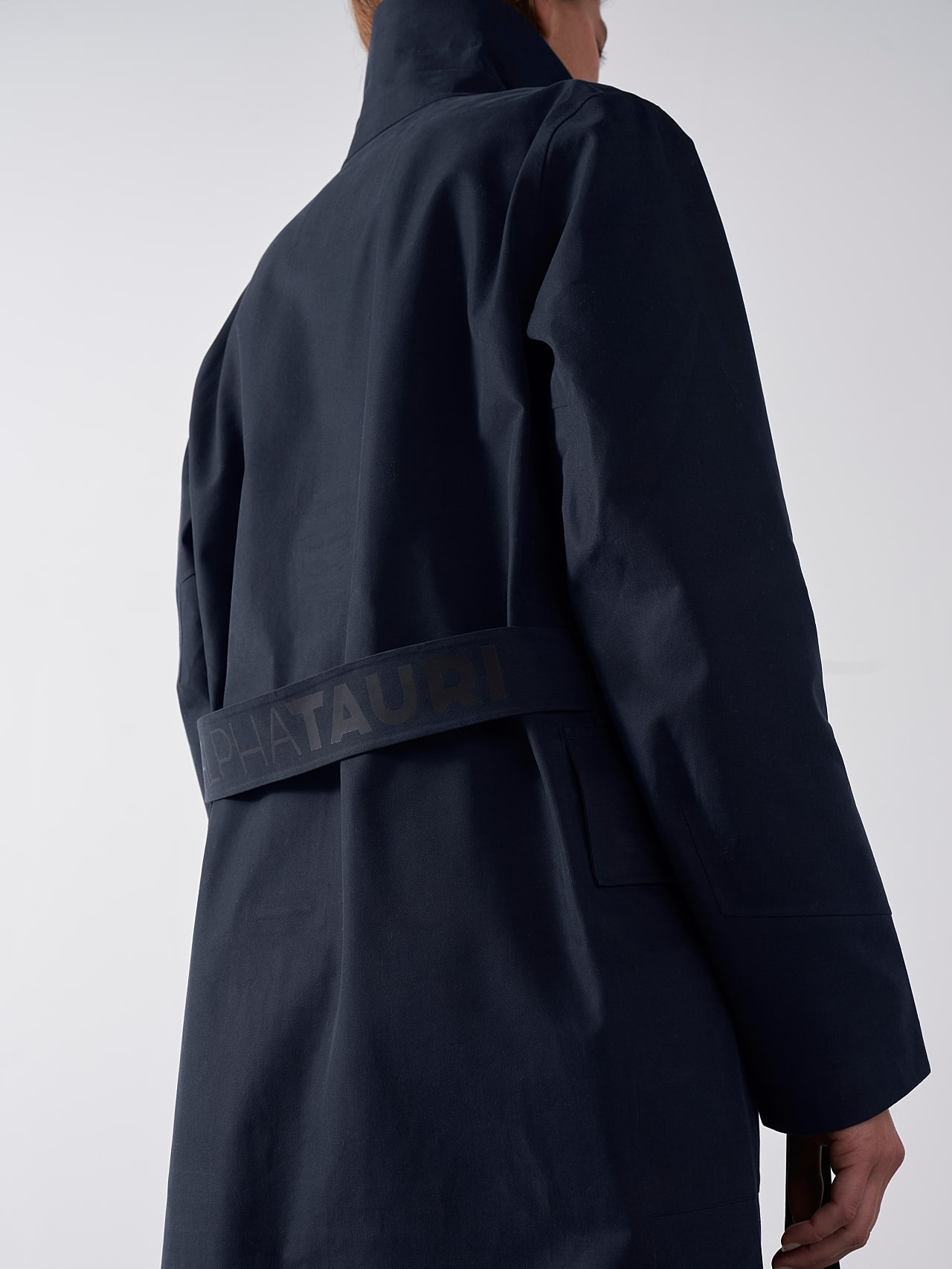 OZENZ V1.Y5.01 Packable Waterproof Trench navy scene7.view.8.name Alpha Tauri
