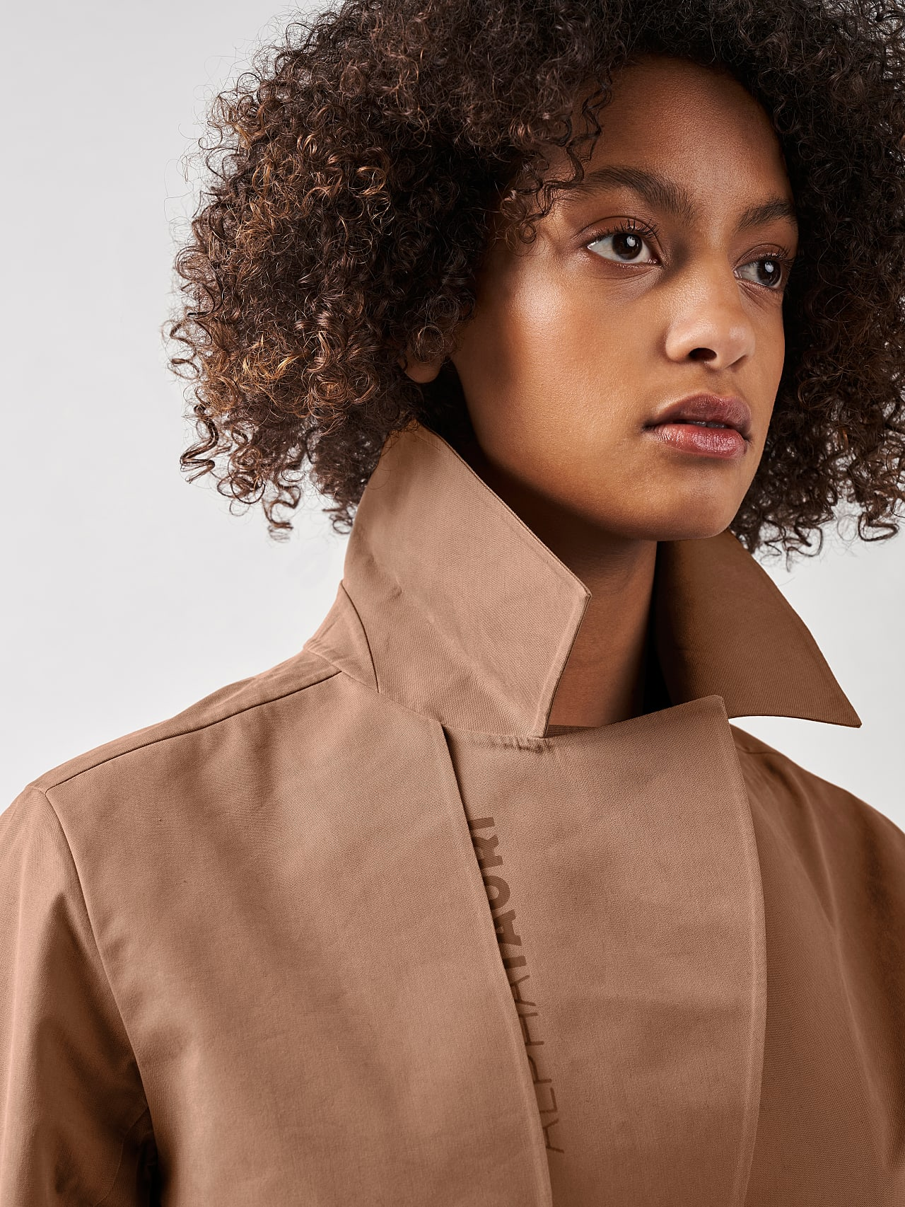 OZENZ V1.Y5.01 Packable Waterproof Trench rose Right Alpha Tauri