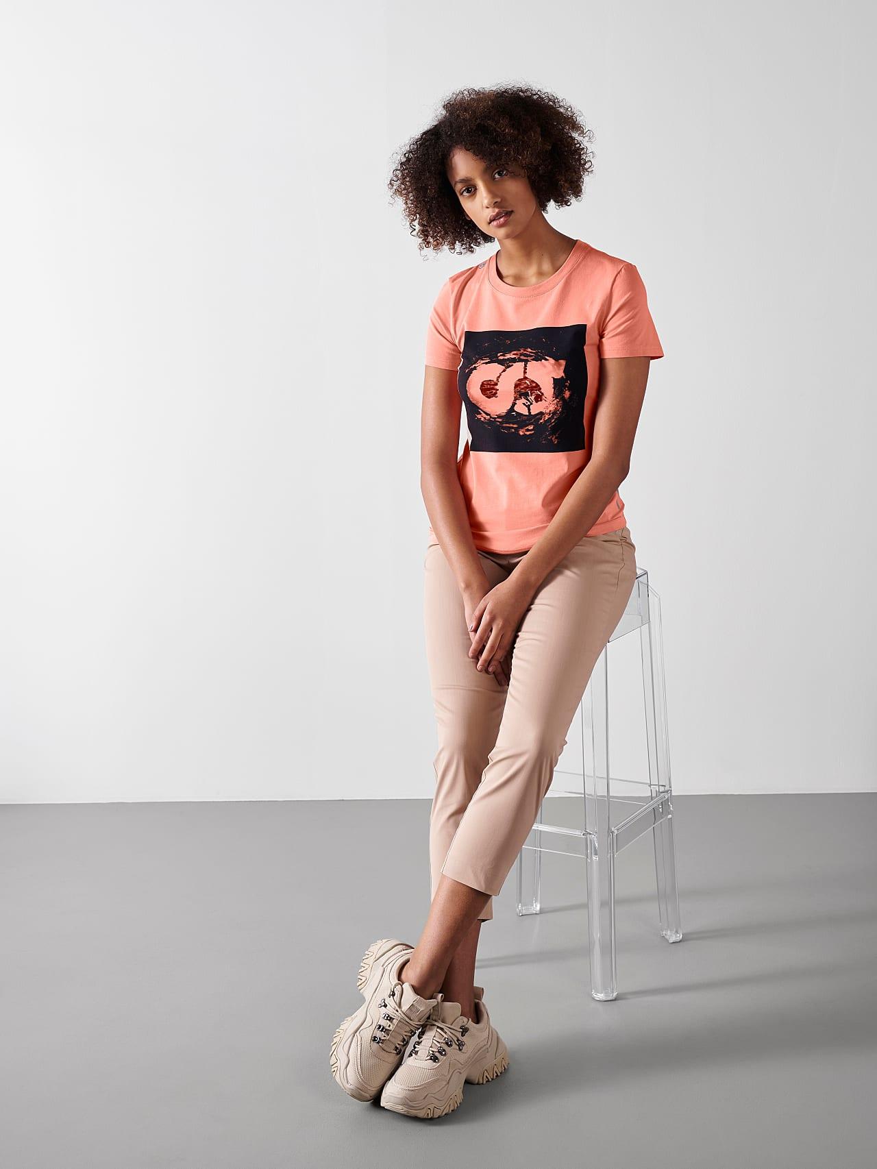 JALP V4.Y5.01 Cotton Logo T-Shirt coral Model shot Alpha Tauri