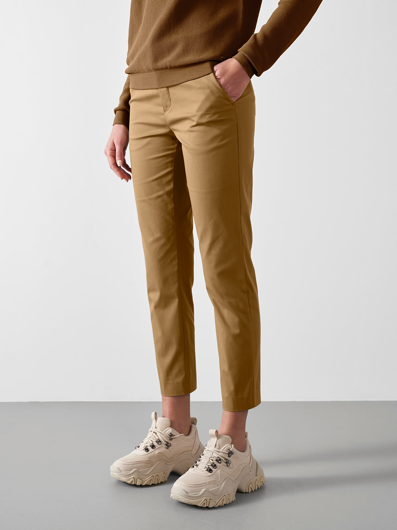 PEPPI V1.Y5.01 Water-Repellent Cotton-Twill Chino brown Model shot Alpha Tauri
