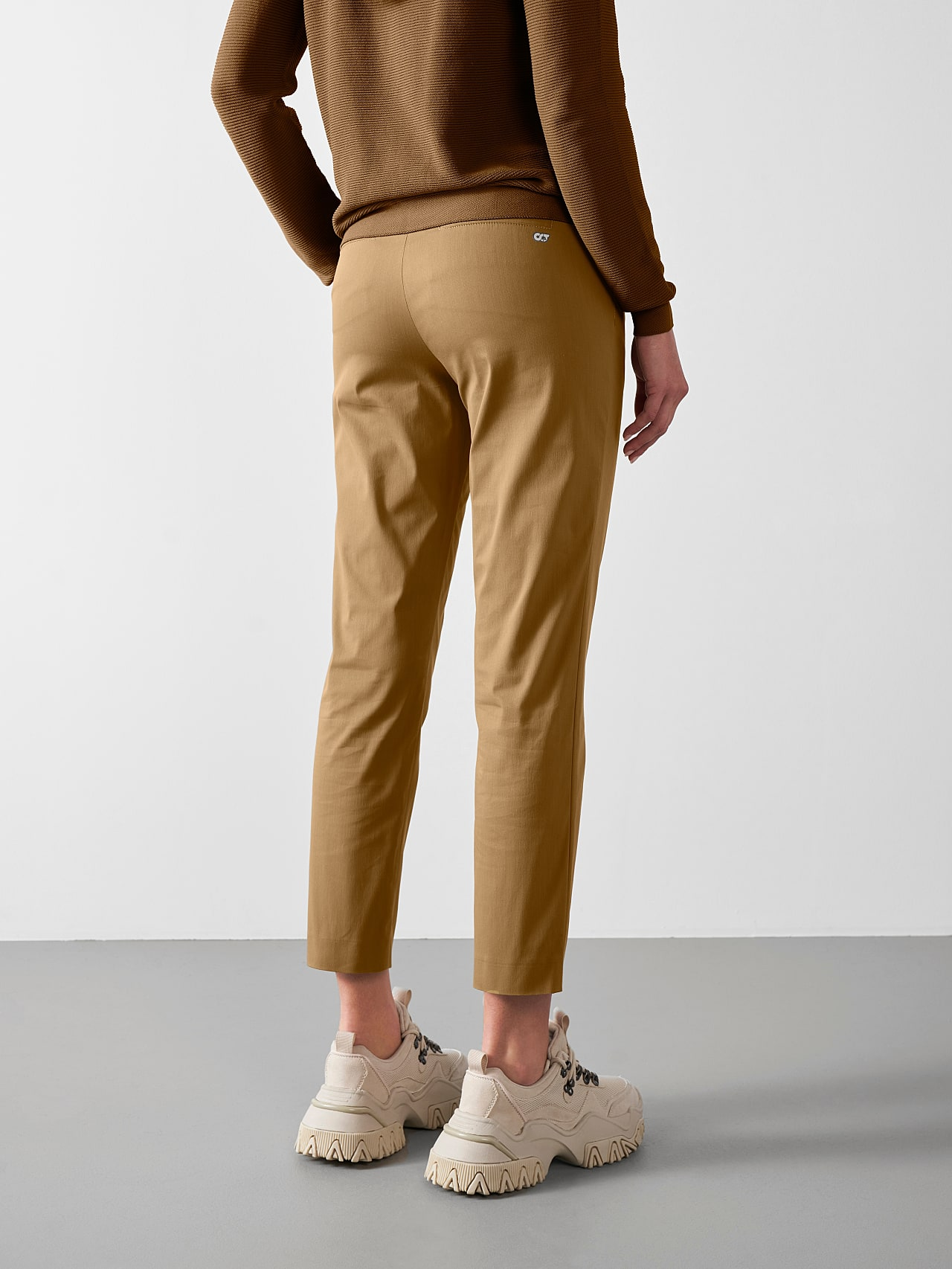 PEPPI V1.Y5.01 Water-Repellent Cotton-Twill Chino brown Front Main Alpha Tauri